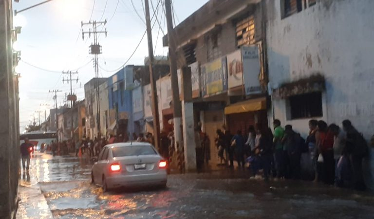 Torrencial aguacero desquicia la ciudad