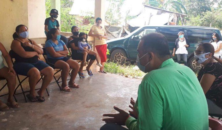 Víctor Cervera con vecinos de El Roble Agrícola II