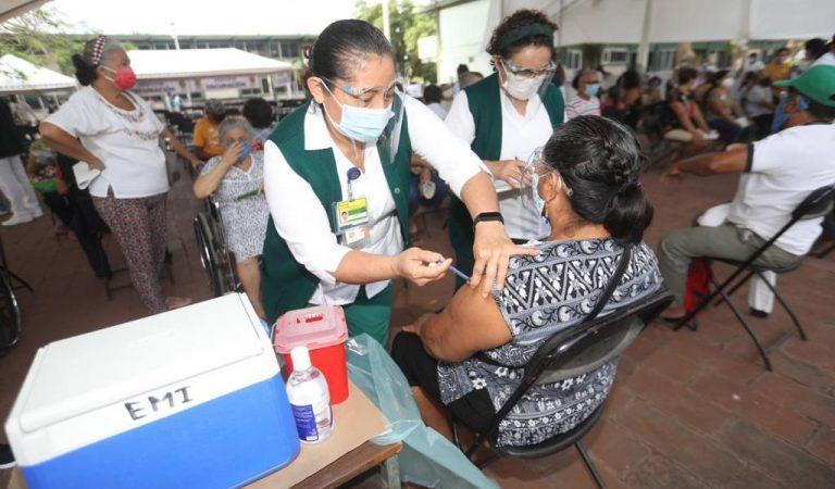 Sin mayores incidentes inició la vacunación en adultos de Mérida