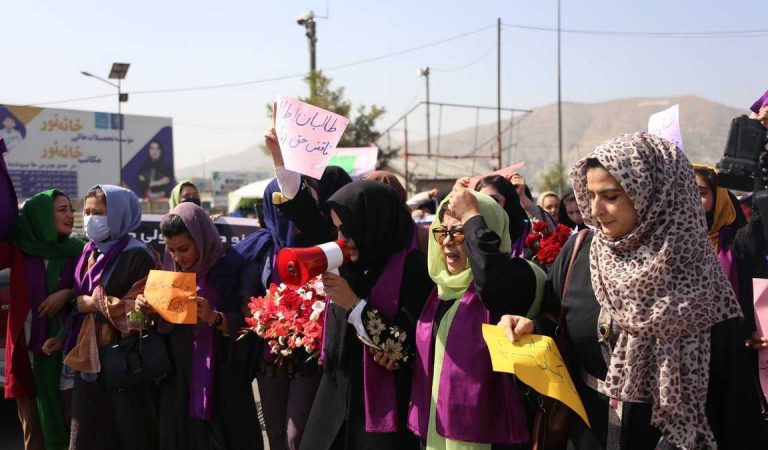 Talibanes usan látigos y disparan sobre las cabezas de las mujeres: ONU